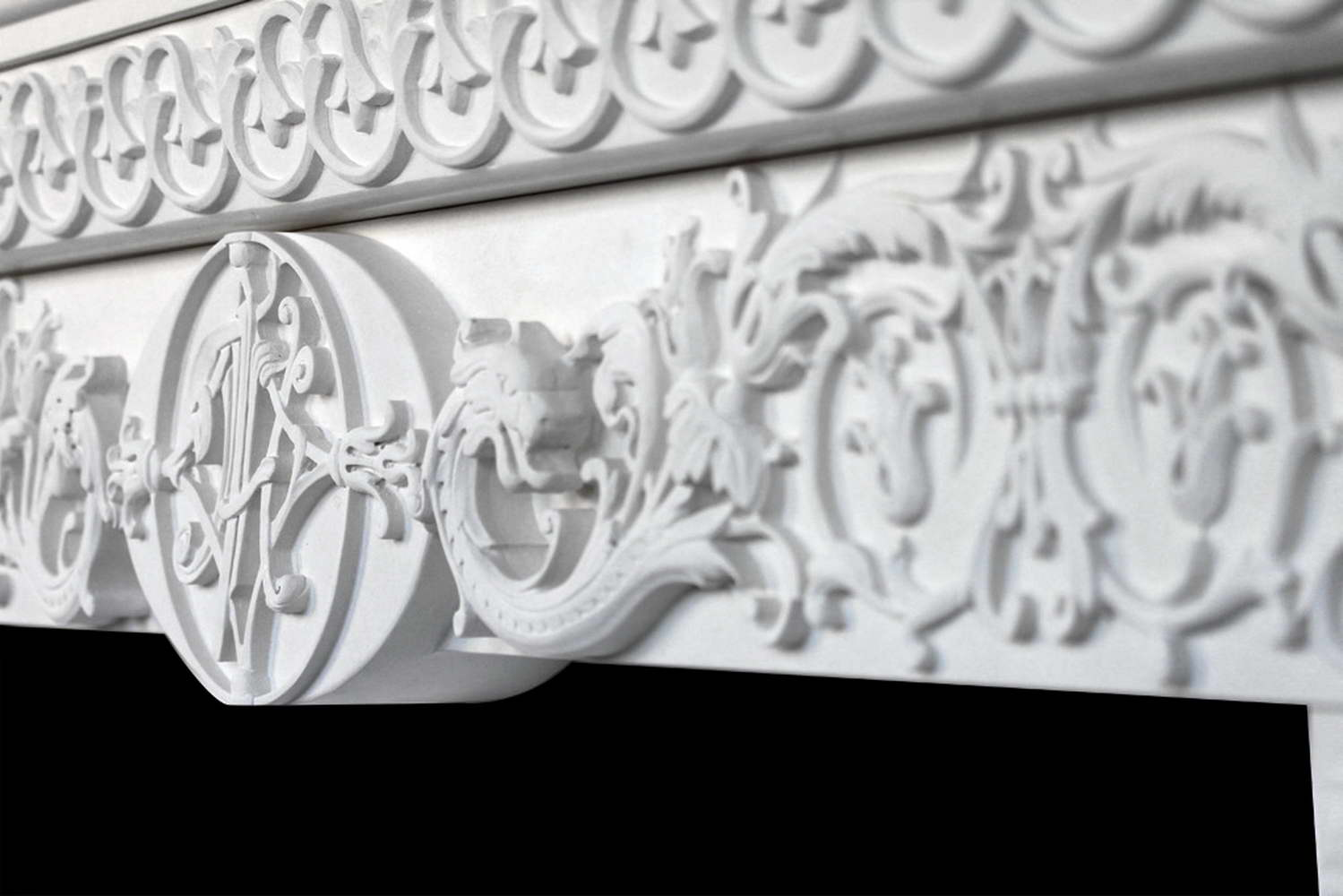 camino in marmo bianco - fregi, particolare