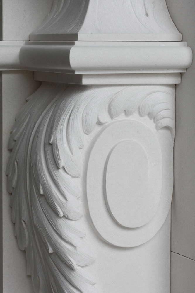 Camino in Pietra Bianca, colonna, capitello