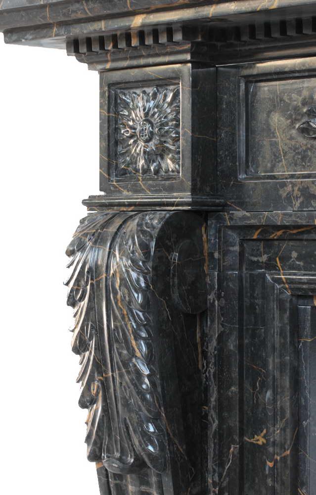 camino in marmo portoro - dettaglio colonna